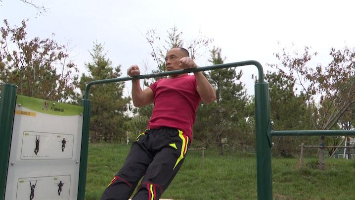 """54秒丨淄博:杠上达人""""玩转人生""""化疗时坚持锻炼扛过癌症"""