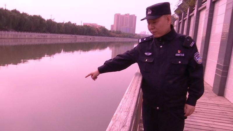 39秒丨济南一女子小清河边不慎落水 民警5分钟开展生死救援
