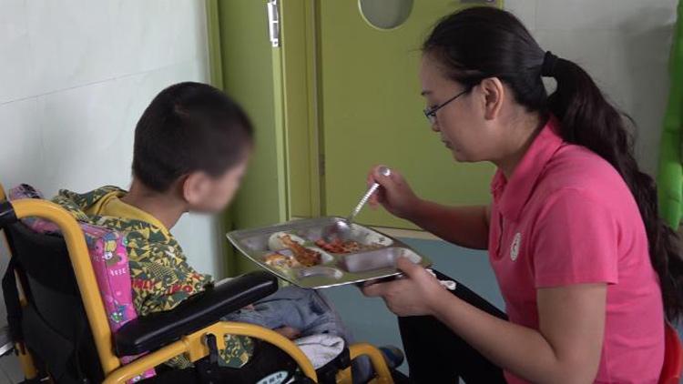 """58秒丨滨州有位特殊""""妈妈"""":20年间用爱养育百余孤残儿童"""