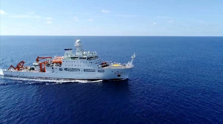 """57秒 探索海底10000米!我国新型深海综合科考船""""东方红3""""船入列"""
