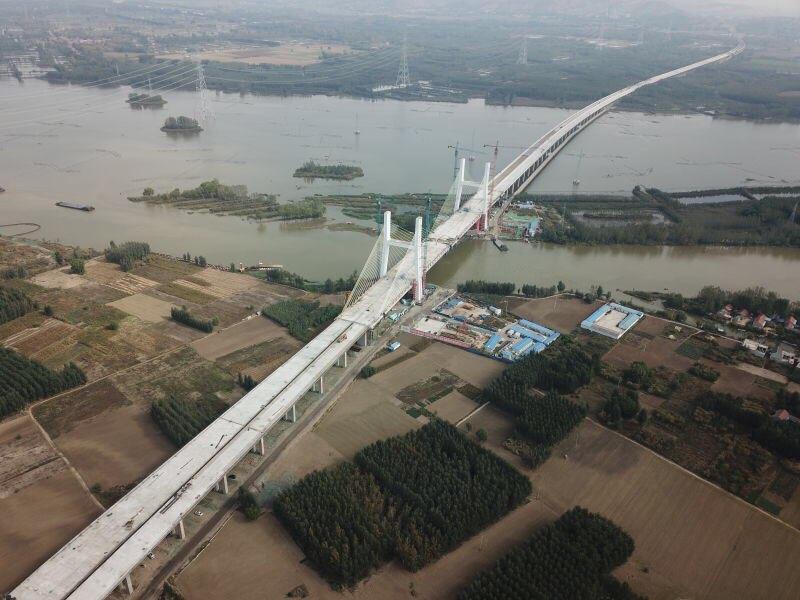 山东省最大跨湖桥梁微山湖特大桥成功合龙