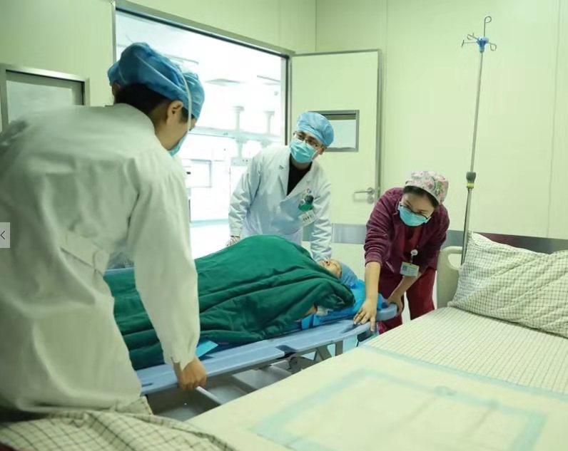 40秒|枣庄67岁孕妇产下一名女婴 产妇与新生儿均被送入ICU