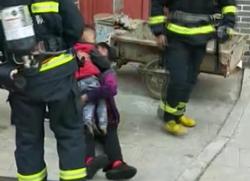 38秒丨聊城一居民家中起火 儿童被反锁屋内,消防员爬管道跳窗救人