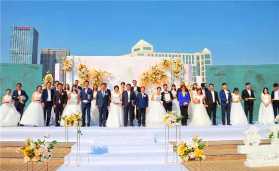 """""""海誓山盟""""沙滩婚礼在青岛市崂山区举行 15对新人演绎简约时尚"""