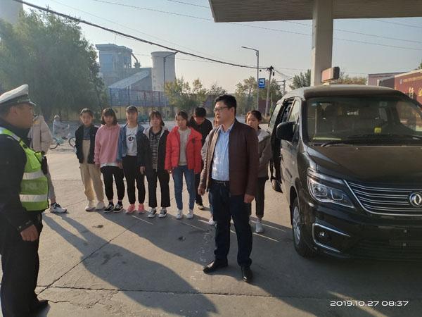 """加油""""偶遇""""超载!滨州惠民一面包车核载7人实载10人被查"""