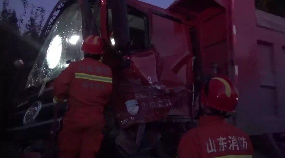 事发淄博,重型货车追尾半挂车司机被困,消防紧急破拆救援