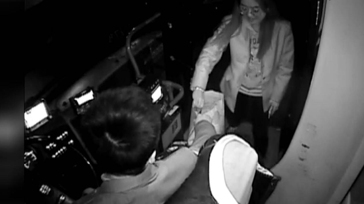 24秒丨这位司机小哥真帅!捡了三个手机还婉拒对方谢意