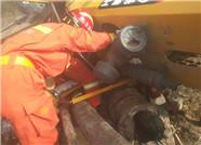 65秒丨挖掘机侧翻压住司机双腿 烟台消防员紧急救援