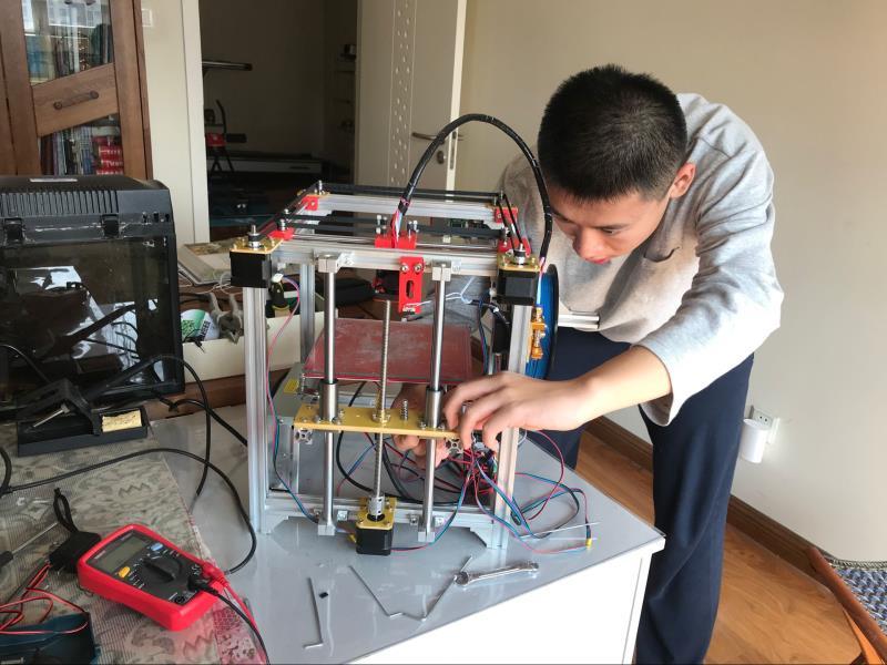 """56秒丨为给同学省钱!济南一高三学生""""自制""""一台3D打印机"""