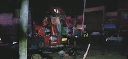 聊城莘县一油罐车被追尾罐体漏油 民警消防4小时成功除隐患