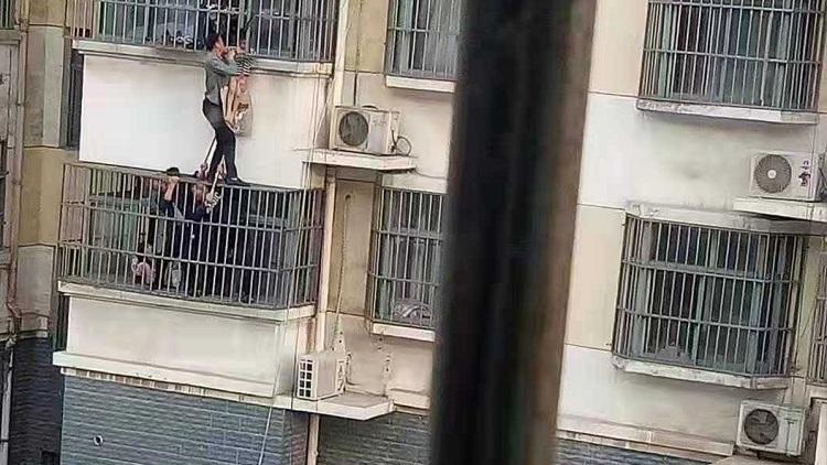 25秒丨聊城3岁孩子悬挂4楼窗外,热心邻居十几分钟合力救下