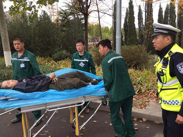 暖心!淄博一市民因病晕倒路边 执勤交警迅速救援