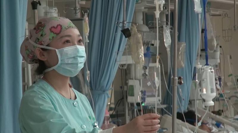 暖心!女子街头心跳骤停 24岁年轻护士跪地救人
