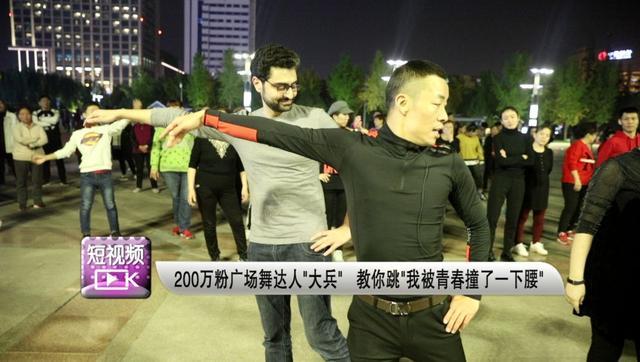 小伙跳广场舞收获200万粉丝,舞姿帅气笑容迷人