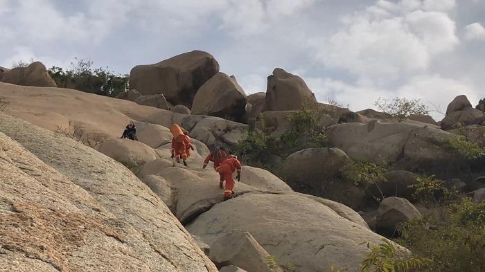 37秒 | 济宁:女驴友受伤困山上 8名消防战士急救援
