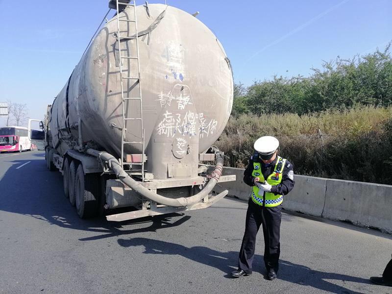 """""""静静,忘了他吧我开大罐车养你"""" 司机的土味情话被交警叫停"""