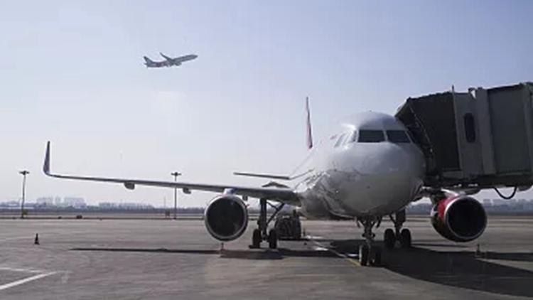 """AI闪电丨桂林航空回应""""机长邀女网红进入驾驶舱"""":当事机长终身停飞"""