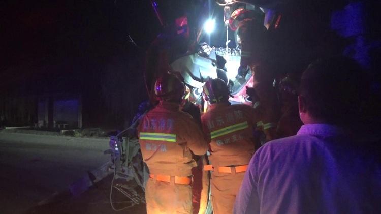 40秒|两车凌晨相撞一名司机被困,消防5分钟成功救援
