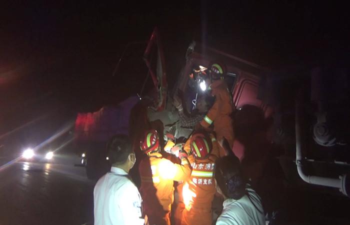 49秒|路口两车迎面相撞司机被卡车内 临沂消防紧急破拆成功救援