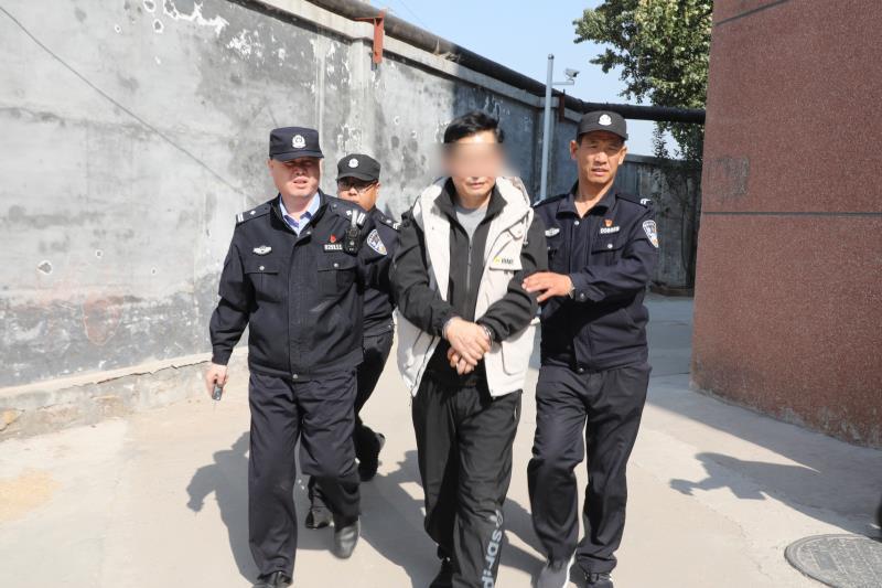 淄博一男子专盗车内物品 警方破案后起获赃物装满一卡车