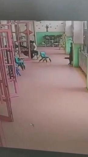 扔书包还上脚踹,临沂一幼儿园员工踢踹女童
