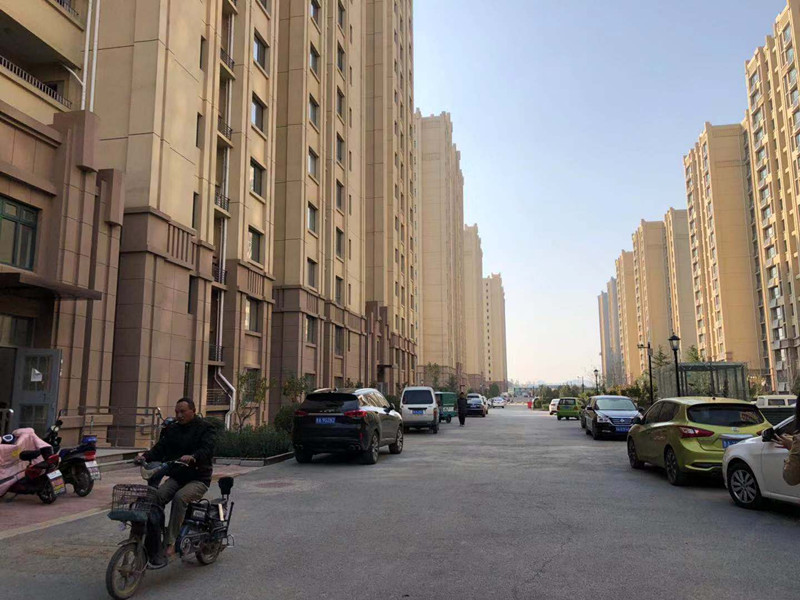济南6岁女童坠楼之问:高层住宅窗户外开合理吗?