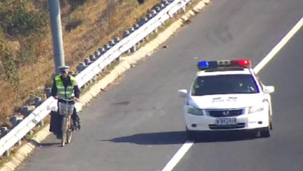 42秒|太危险!为捡塑料瓶,德州男子骑自行车上高速公路,还逆向行驶