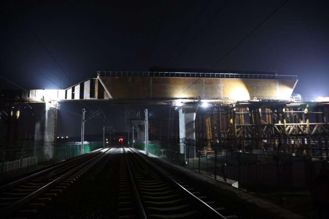 潍莱高铁跨青荣铁路特大桥框架墩钢横梁顺利完成拖拉 明年底建成通车