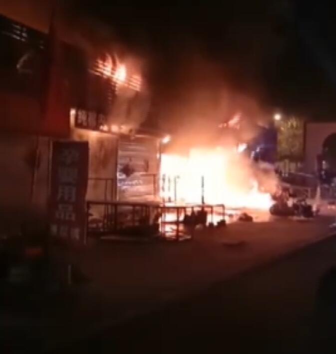 日照五莲罗山商场发生火灾 尚无人员伤亡报告