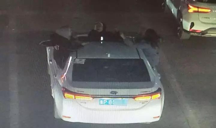 马路上四名女乘客上半身探出车外,聊城一网约车主未阻止被处罚