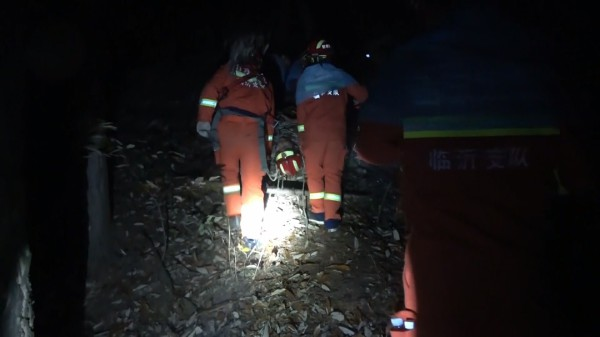 临沂一村民跌入悬崖困8小时 消防翻3座山生死救援