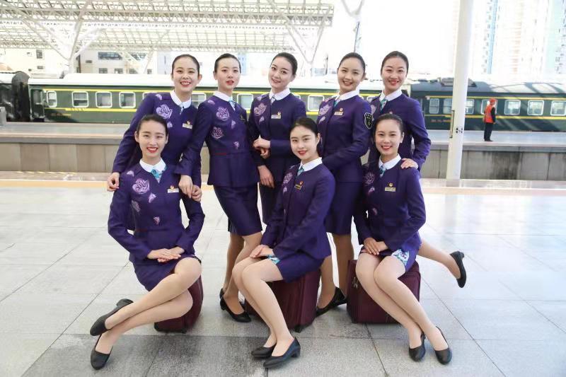 """38秒丨鲁南高铁""""高姐""""首次新装亮相,这颜值超能""""抗打"""""""