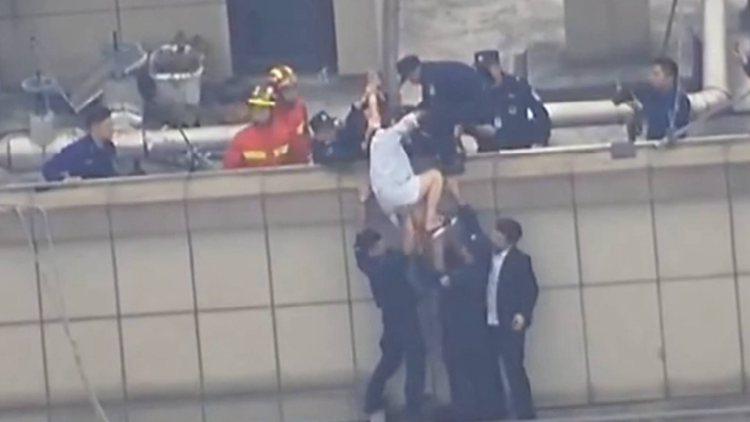 71秒丨惊险瞬间!女子30楼险掉落 众人托举25秒将其救回