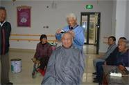 威海八旬老教师每月义务为敬老院老人理发 六年用坏了7个剃子