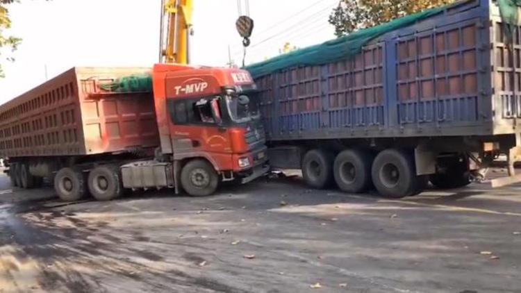 25秒|滨州博兴三辆大货车相撞,两人轻微受伤