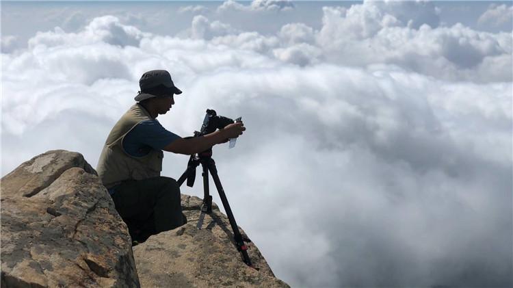 背负几十斤重设备、攀登一百万多级台阶…纪录片《攀登的脊梁》独家幕后