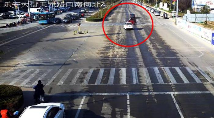 22秒丨滨州博兴一车辆闯红灯并未减速通过路口酿事故