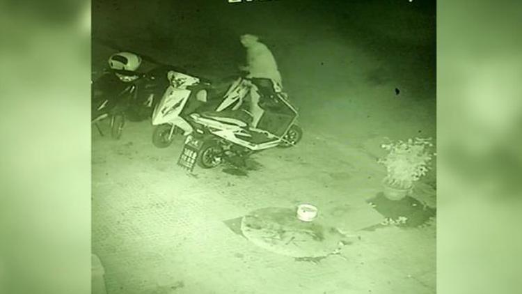 41秒丨奇葩!滨州一男子夜晚盗走两辆摩托车 竟丢弃在垃圾堆