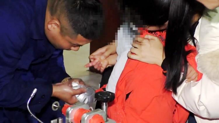 """50秒丨潍坊昌乐幼童食指被铁环""""咬""""住 消防员快速切割救援"""