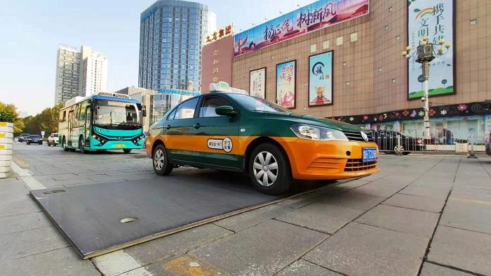 济宁太白楼路一公里路面铺15块钢板 市民担忧行车安全