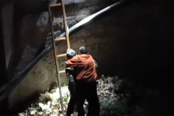 深夜临沂一女子失足落水 消防员跳水救人