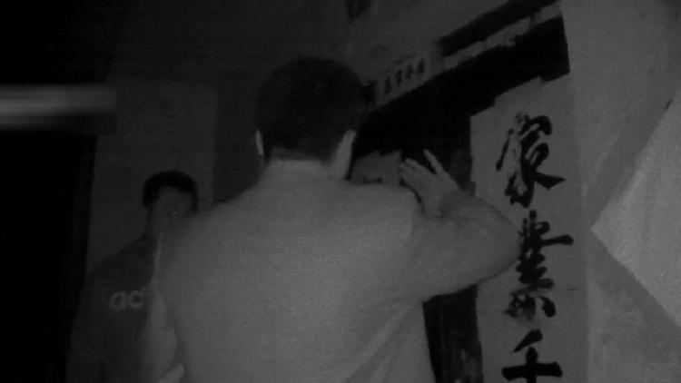 25秒丨杀人嫌犯19年后落网 潍坊昌乐警方抓捕现场曝光