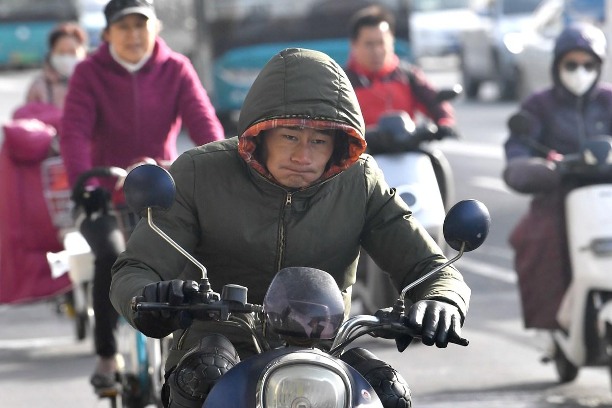 """气温跌破0℃ 济南街头处处都是""""冷冷""""表情包"""