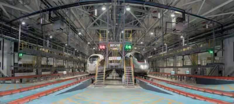 """76秒 夜探高铁""""4s店"""":360度全方位体检每次检测零部件以""""万""""计算"""