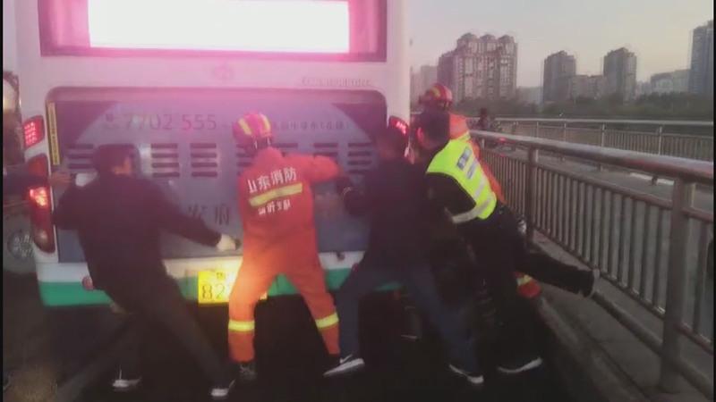 56秒丨暖!临沂街头一男子被夹两车中间 众人合力推车救援