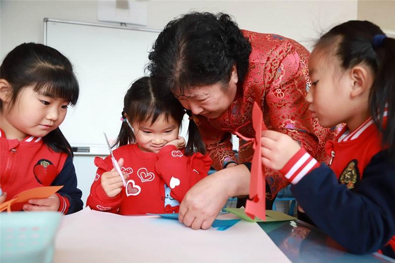 青岛:剪纸技艺走进幼儿园 传承经典从娃娃抓起