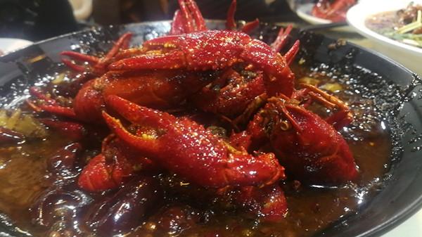 这就是山东丨最后一桌不走我们不打烊 探店济南网红龙虾店泺水居