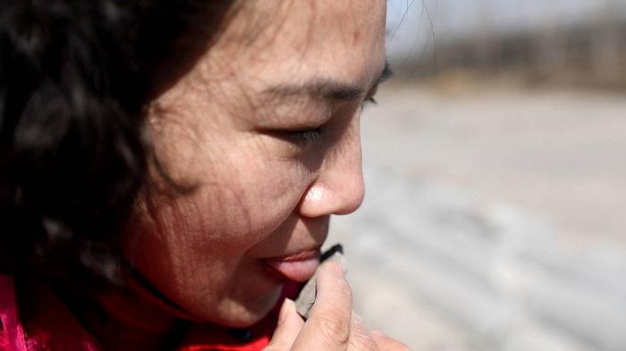 这就是山东丨济南女博士舔石头判断含水量火了!与儿子是同校同专业
