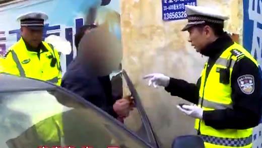 枣庄一司机赤脚开车理直气壮 称光脚丫开车违法吗?