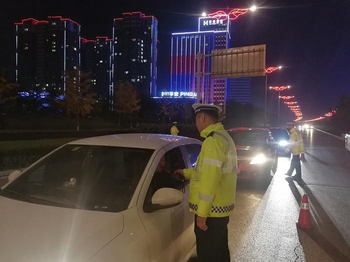 冬季酒驾整治常态化 潍坊经济交警夜查逮了5名酒司机